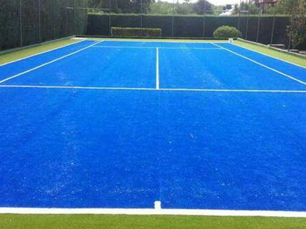 jugar tenis en pasto sintetico