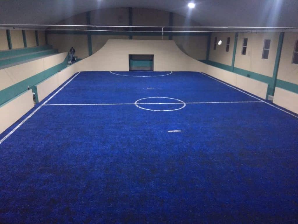 cancha de futbol rapido con pasto sintetico azul