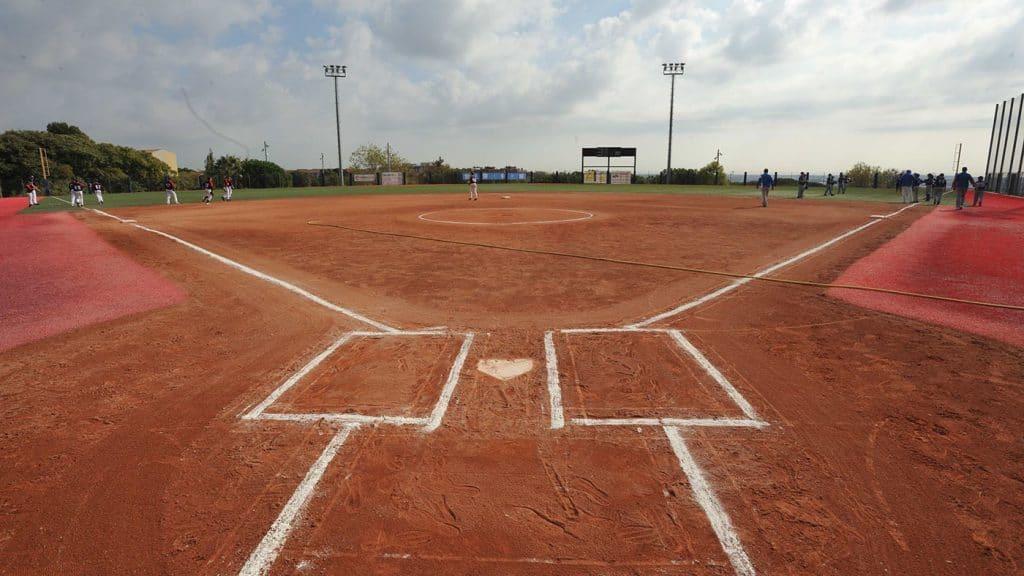 campo de softbol con pasto sintetico