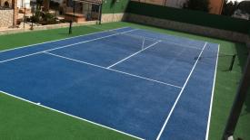 cancha de tenis con pasto sintetico